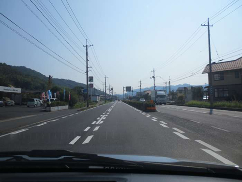 ①県道21号線を水島・児島方面に進み、 植松駅の下を通過します。(右手には小山石材店の新店舗があります。)