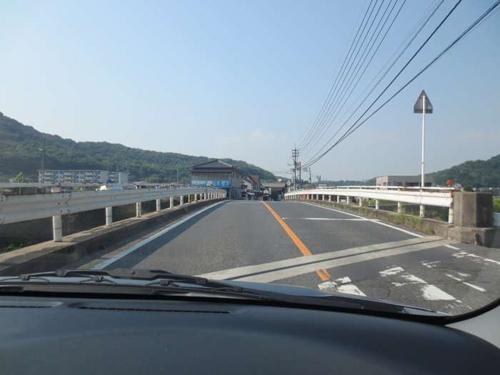 ⑦「直進」して、橋を渡り